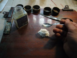 Former un creux au milieu du pigment. Ajouter une cuillère de fiel pour coloris (fiel de boeuf)