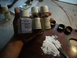 Si vous souhaitez conserver une grande quantité de gouache pour un travail ultérieur, ajoutez pour 1 litre de peinture, entre 8 et 10 grammes d'agent conservateur
