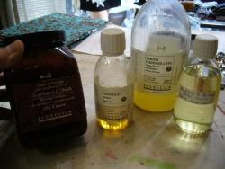 Exemples de produits de base: liant de broyage, standolie, dammar à 33%, essence de pétrole