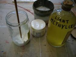 Mouiller le pigment en poudre dans quelques gouttes d'eau. Laisser le trempage se faire un moment.